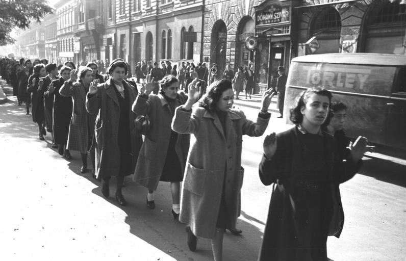 Żydowskie kobiety aresztowane wBudapeszcie (20-22 października 1944 roku) Żydowskie kobiety aresztowane wBudapeszcie (20-22 października 1944 roku) Źródło: Fotografia, Bundesarchiv, licencja: CC BY-SA 3.0.