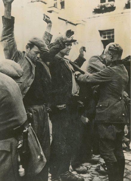 Uliczna łapanka w1941 roku wWarszawie Źródło: Uliczna łapanka w1941 roku wWarszawie, Fotografia, The New York Public Library, domena publiczna.