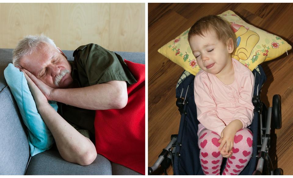 Dwa zdjęcia zestawione obok siebie. Na pierwszym starszy mężczyzna, wwieku około sześdziesięciu lat, który śpi. Na drugim zdjęciu śpiące dziecko – wwieku około dwóch lat.