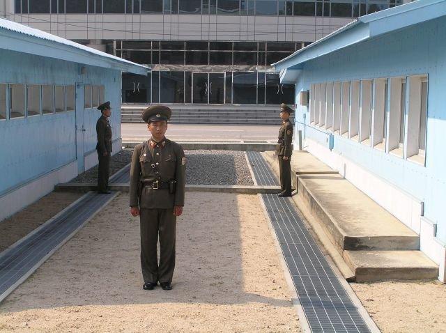 Strefa zdemilitaryzowana (od strony Korei Północnej) Źródło: Strefa zdemilitaryzowana (od strony Korei Północnej), Fotografia, licencja: CC BY-SA 3.0.