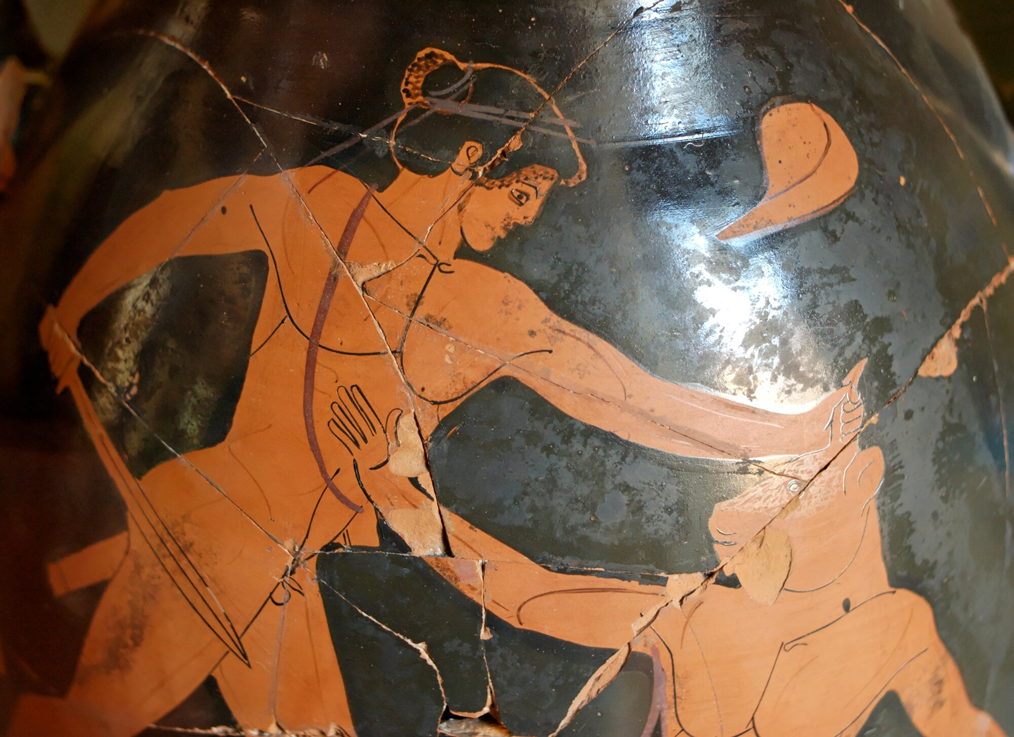 Tezeusz iMinotaur (fragment ceramiki) Źródło: Marie-Lan Nguyen, Tezeusz iMinotaur (fragment ceramiki), ok. 480 p.n.e., fotografia barwna, Museo Gregoriano Etrusco, Watykan, domena publiczna.