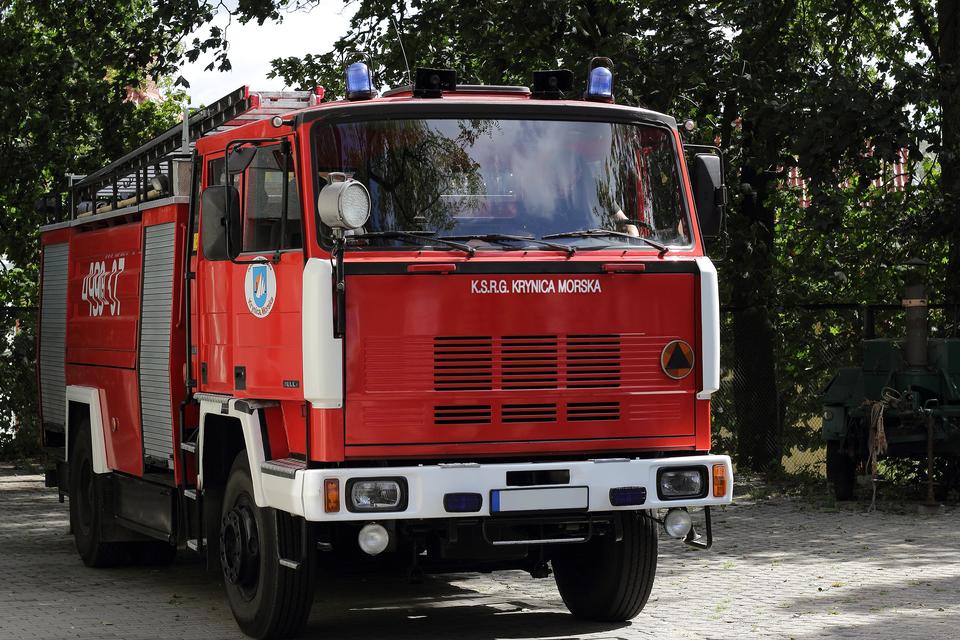 Zdjęcie pojazdu jednostki Straży Pożarnej. Na masce można odczytać napis K.S.R.G Krynica Morska.