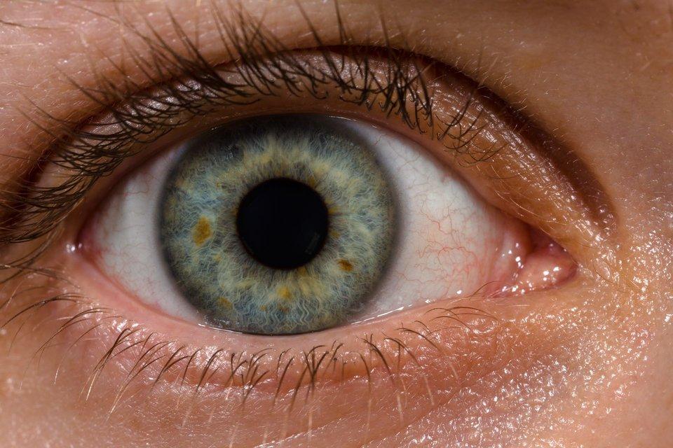 Zdjęcie otwartego oka chronionego powieką górna idolną.