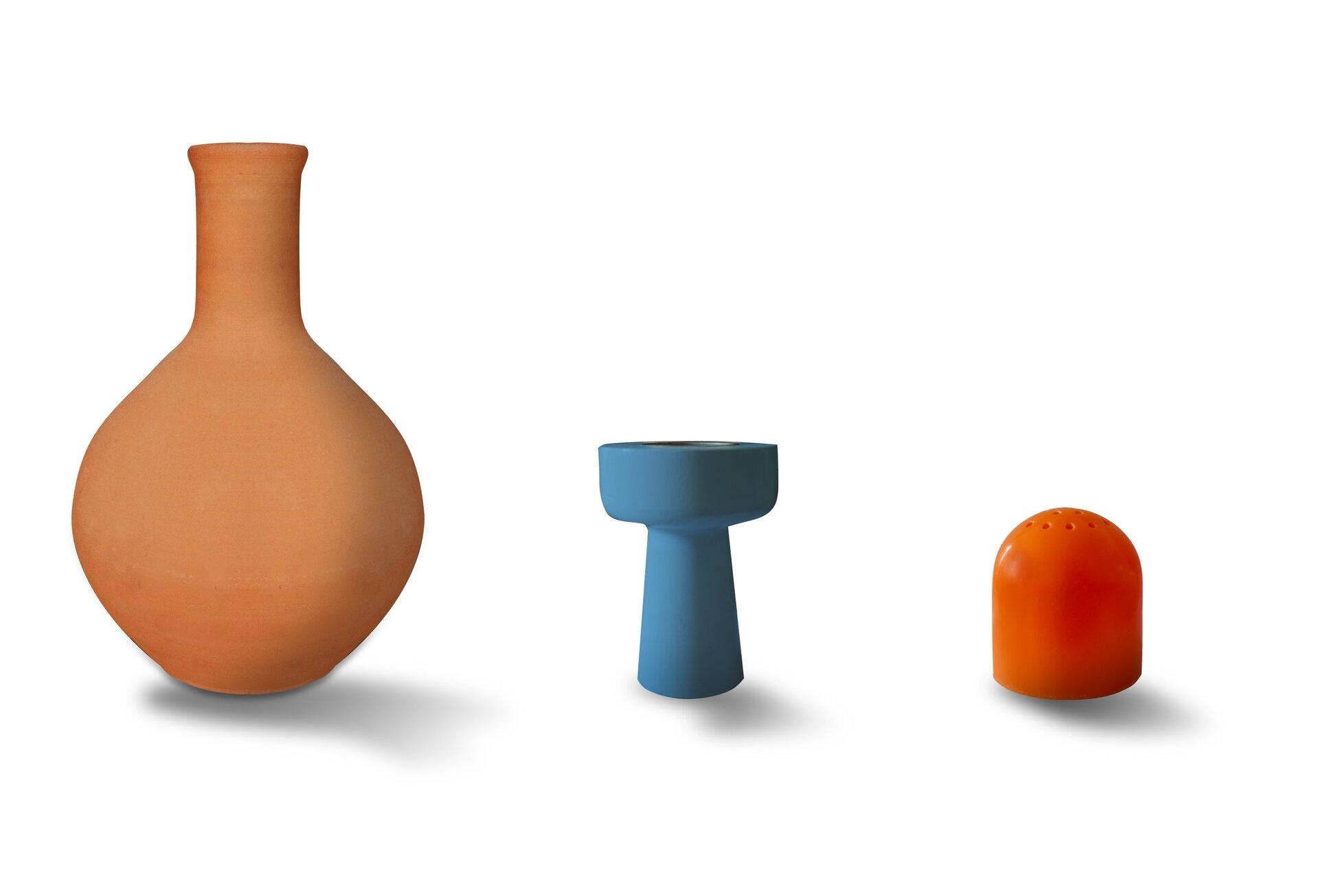 Rysunek trzech brył obrotowych: wazonu, pieczęci, solniczki.