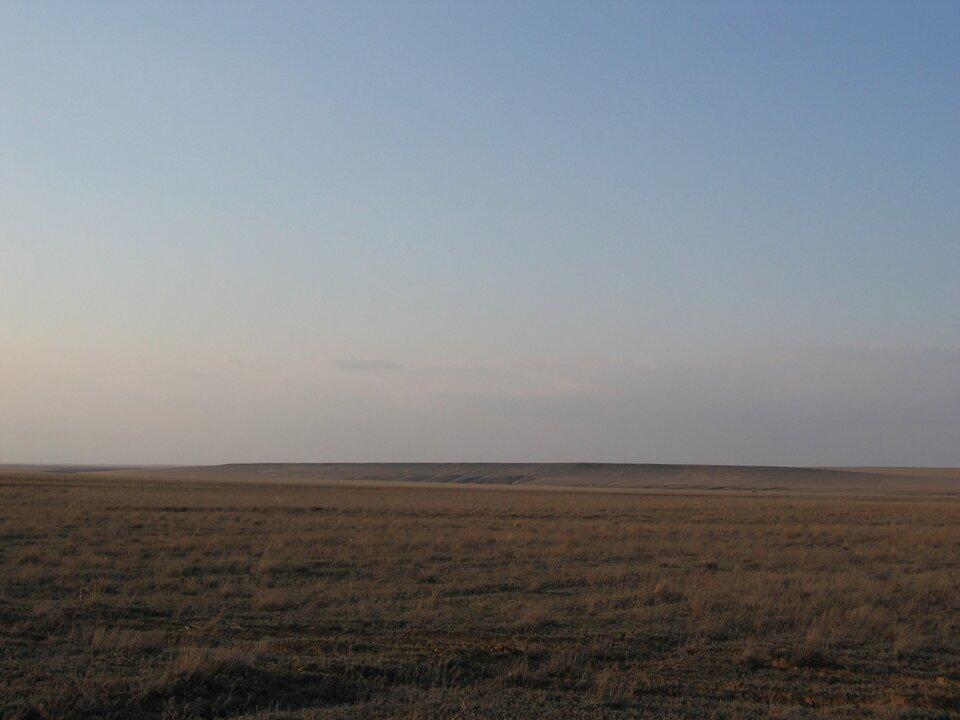 Na zdjęciu rozległe obszary porośnięte trawą.
