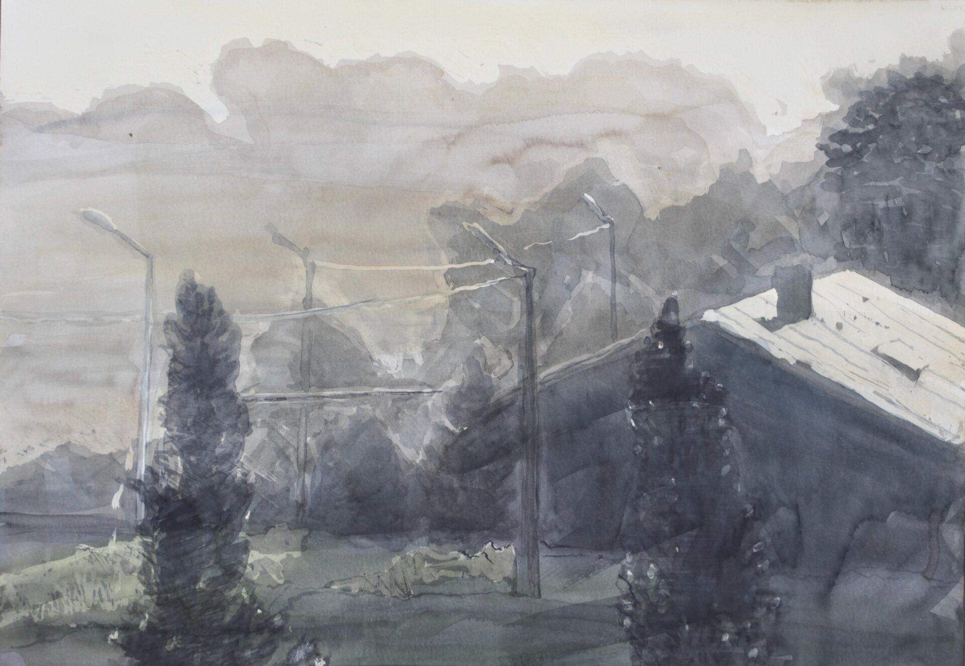 """Ilustracja przedstawia obraz """"Światło"""" autorstwa Michała Trägera. Akwarela ukazuje krajobraz zciemnymi, wysmukłymi drzewami na pierwszym planie. Woddali, artysta przy pomocy lekkich pionowych pociągnięć pędzla namalował latarnie. Biały skośny kształt dachu wyróżnia się na tle zarysu konarów ciemnych drzew. Nad pejzażem unosi się ciężka plama chmur. Akwarela utrzymana jest wchłodnej, szaro-zielonej tonacji."""