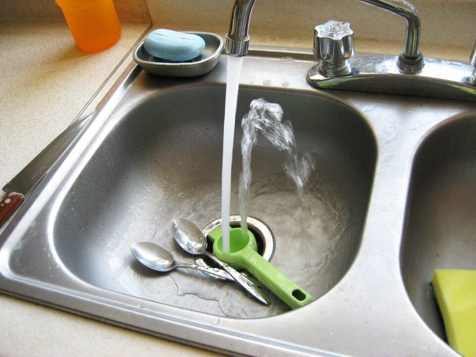 Fotografia przedstawia kran, zktórego płynie woda.