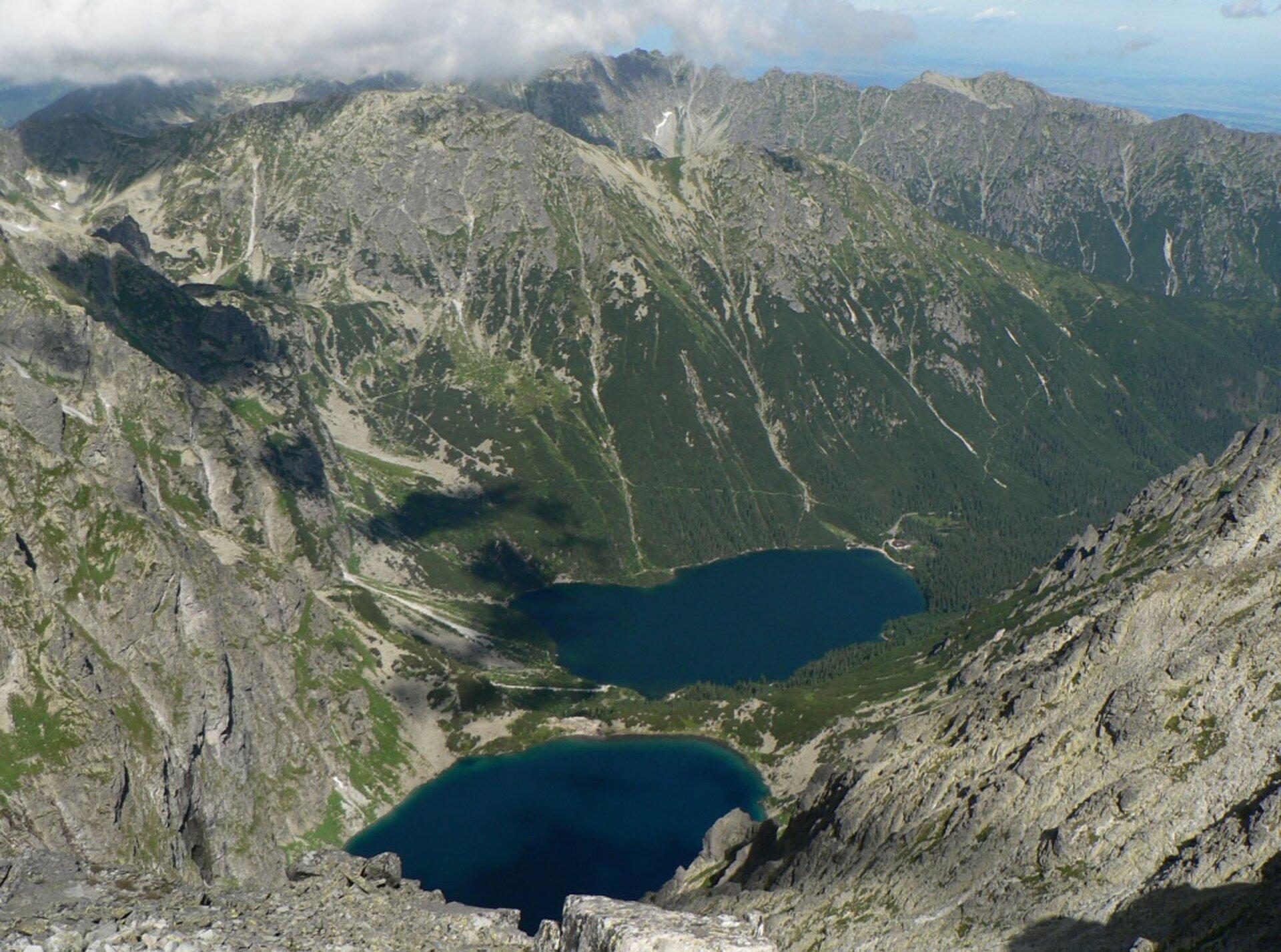 Na zdjęciu dwa okrągłe jeziora położone pośród wysokich gór.