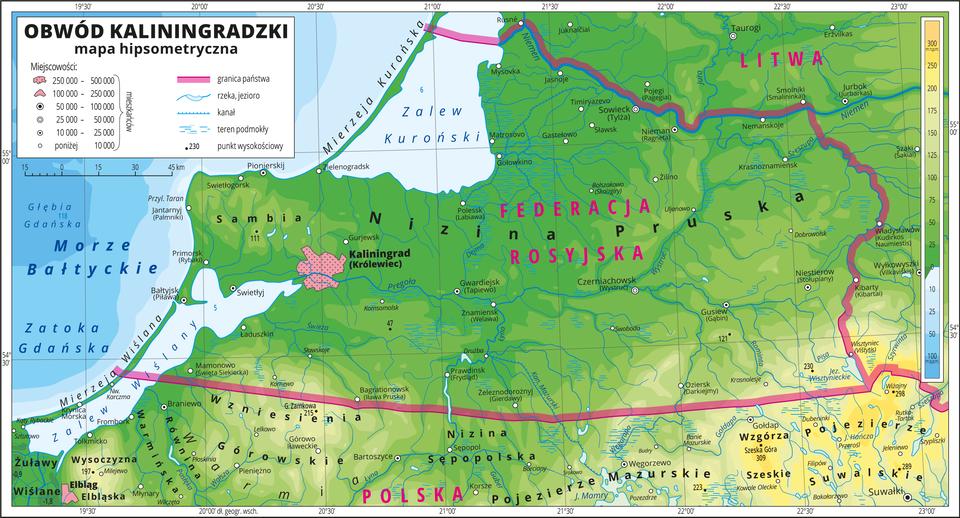 Ilustracja przedstawia mapę hipsometryczną Obwodu Kaliningradzkiego. Wobrębie lądów występują obszary wkolorze zielonym na północy iżółtym na południu. Wlewym górnym rogu mapy Morze Bałtycki, Zatoka Gdańska, Zalew Wiślany iZalew Kuroński zaznaczono kolorem niebieskim iopisano. Na mapie opisano nazwy mierzei iwzgórz, wzniesień, nizin, pojezierzy, jezior irzek. Oznaczono iopisano główne miasta. Oznaczono czarnymi kropkami iopisano punkty wysokościowe. Różową wstążką przedstawiono granice państw. Kolorem czerwonym opisano państwa sąsiadujące zObwodem Kaliningradzkim. Mapa pokryta jest równoleżnikami ipołudnikami. Dookoła mapy wbiałej ramce opisano współrzędne geograficzne co pół stopnia. Wlegendzie umieszczono iopisano znaki użyte na mapie.