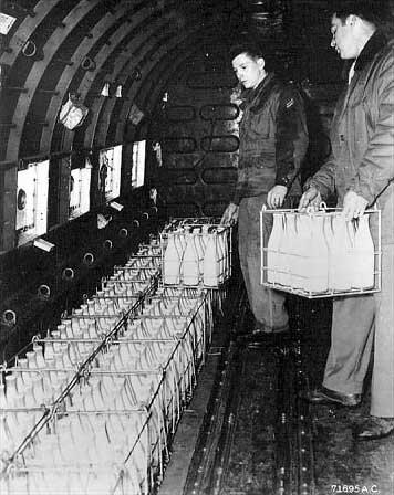 Mleko załadowane na pokład samolotu lecącego do Berlina, 1948 lub 1949 r. Na co osoby odpowiedzialne za logistykę musiały zwracać szczególną uwagę przy planowaniu transportów takich produktów jak mleko, chleb czy owoce iwarzywa?