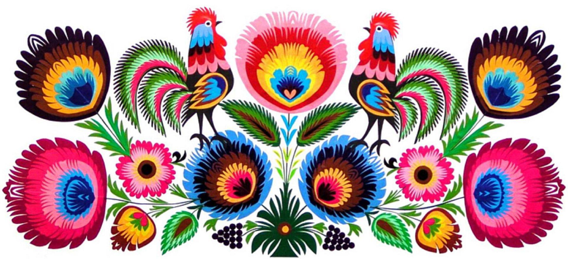 Ilustracja przedstawia łowicką kodrę. Na zdjęciu widać wpoziomie, symetrycznie ułożone kolorowe kwiaty ilistki kwiatowe. Po obu bokach głównego, środkowego kwiata widać kolorowego koguta zzielonkawym ogonem. Kwiaty są różnokolorowe.