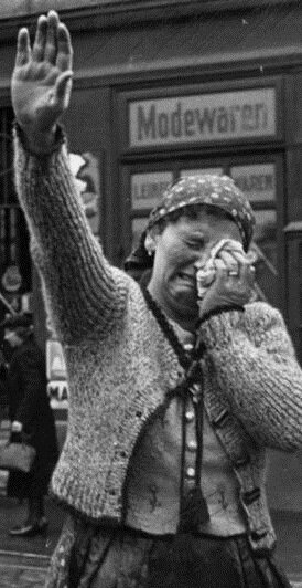 Eger, salutujący mieszkańcy Źródło: Eger, salutujący mieszkańcy, 1938, fotografia, Bundesarchiv, licencja: CC BY-SA 3.0.