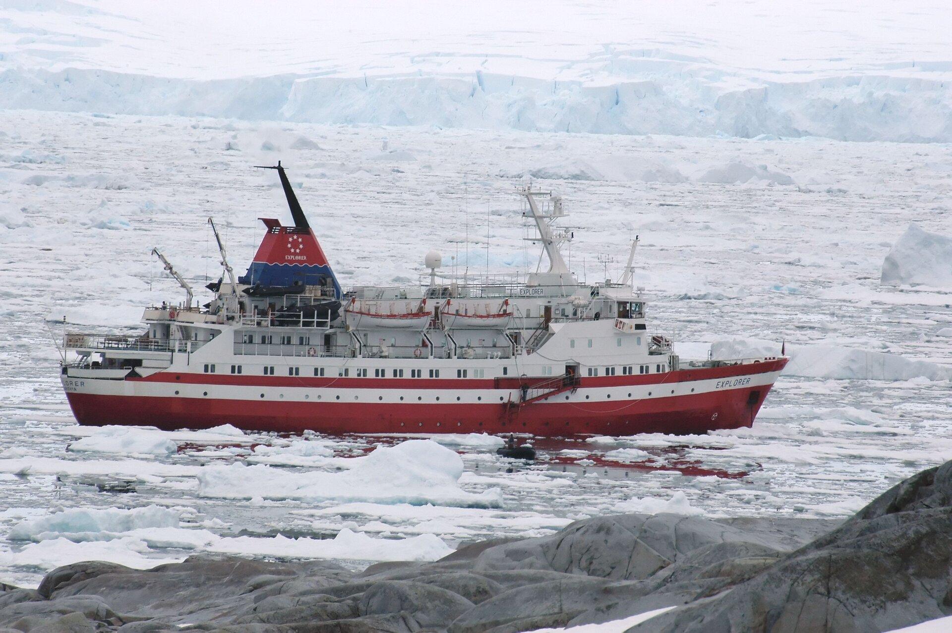 Na zdjęciu statek badawczy na zamarzniętym zbiorniku wodnym. Pływające kry, wtle gruba warstwa lodu.