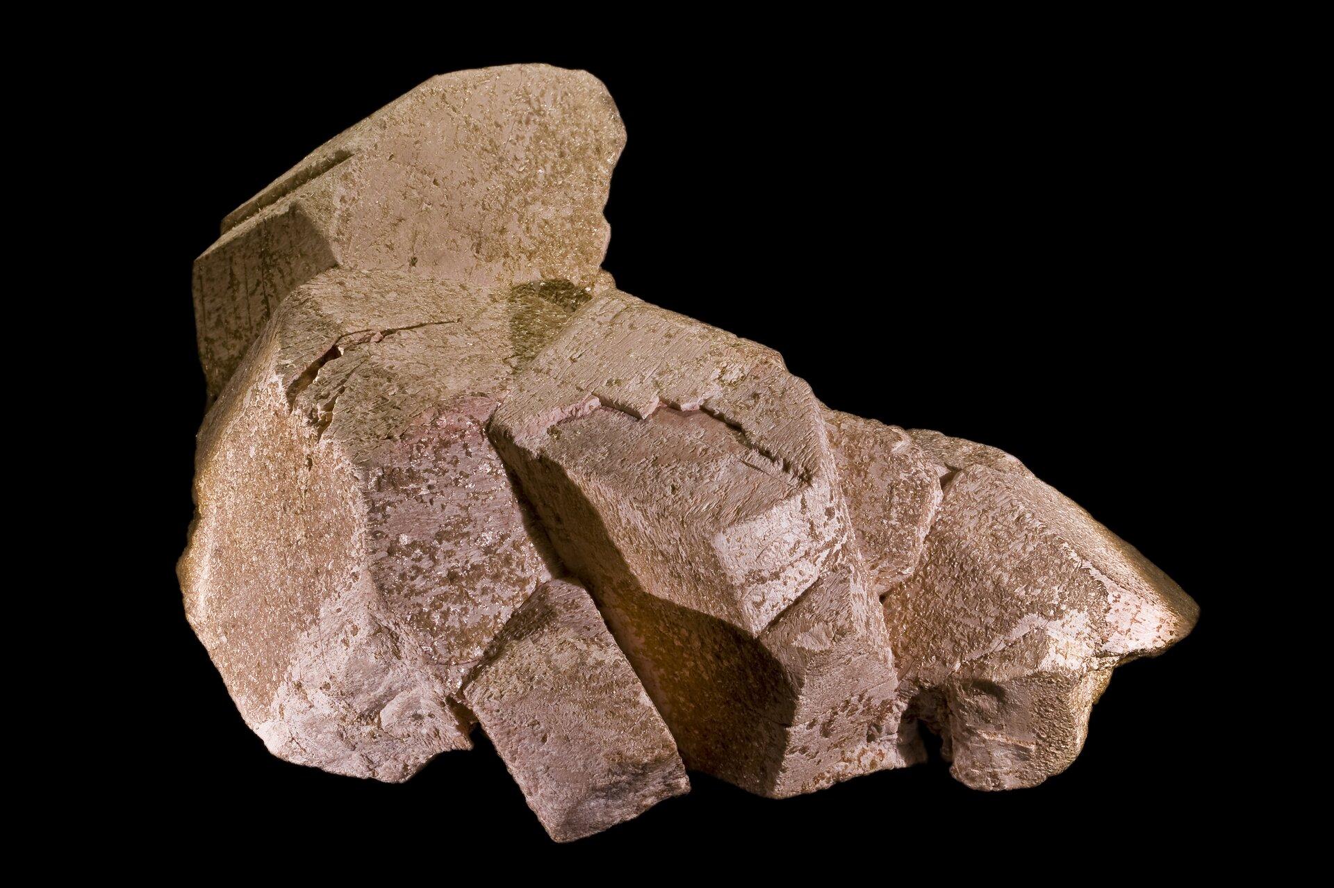 Na zdjęciu minerał. Kolor brązowy.Jest to ortoklaz. Tworzy kryształy wkształcie słupków.