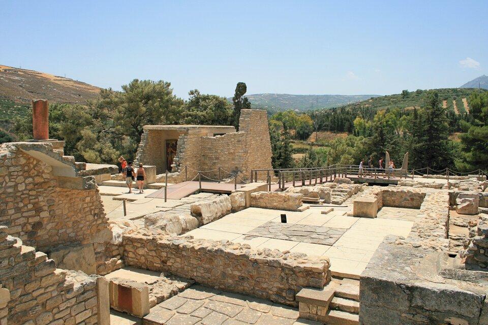 Na zdjęciu ruiny starożytnego budynku. Wtle góry.