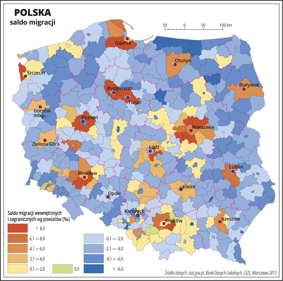 Ilustracja przedstawia mapę Polski zpodziałem na województwa ipowiaty. Na mapie przedstawiono saldo migracji wewnętrznych izagranicznych wpromilach. Granice województw zaznaczone są czerwoną linią. Granice powiatów zaznaczone są czarną linią. Odcieniami koloru pomarańczowego przedstawiono powiaty, wktórych saldo migracji jest dodatnie, aodcieniami koloru niebieskiego – ujemne. Kolory te rozłożone są nierównomiernie jednak wobrębie każdego województwa wpowiatach, które leżą najbliżej miasta wojewódzkiego saldo migracji prawie zawsze jest dodatnie. Saldo ujemne występuje na terenie województwa warmińsko-mazurskiego. Kolorem zielonym oznaczono powiaty, wktórych saldo migracji jest równe zero (dwa powiaty wwojewództwie małopolskim). Czerwonymi kropkami zaznaczono miasta wojewódzkie. Po lewej stronie mapy na dole wlegendzie umieszczono kolorowe prostokąty iopisano saldo migracji: kolory pomarańczowe – saldo dodatnie – kolory ciemne powyżej ośmiu promili, kolory jasne – do dwóch promili. Kolorem zielonym oznaczono powiaty zsaldem zerowym. Odcieniami koloru niebieskiego oznaczono ujemne saldo migracji – kolory ciemne – minus sześć promili imniej, kolory jasne poniżej minus dwóch promili.
