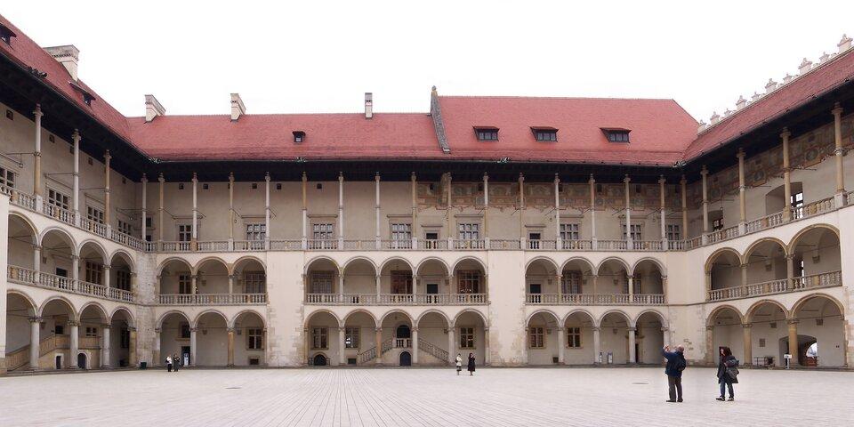Renesansowy dziedziniec zamku na Wawelu Renesansowy dziedziniec zamku na Wawelu Źródło: Lestat, Wikimedia Commons, licencja: CC BY-SA 3.0.