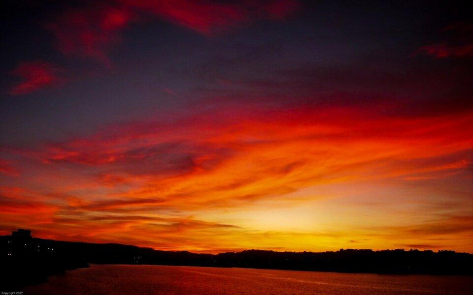 Czerwone niebo ozachodzie słońca