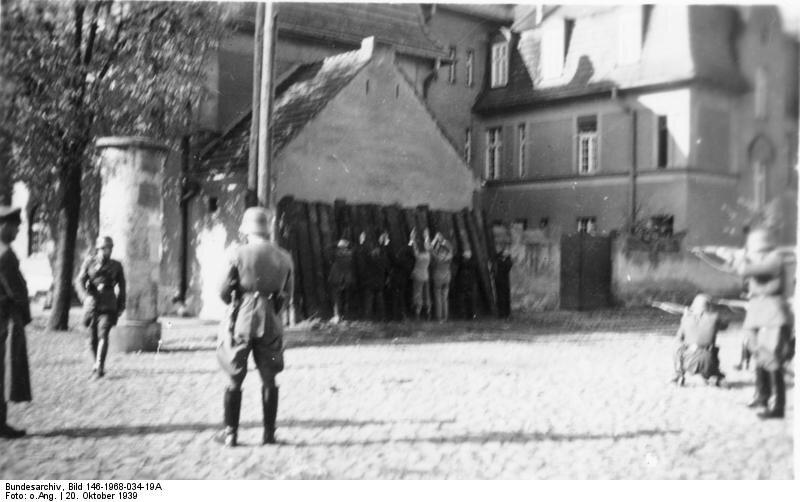 Egzekucja polskich zakładników Źródło: Egzekucja polskich zakładników, Fotografia, Bundesarchiv, licencja: CC BY-SA 3.0.