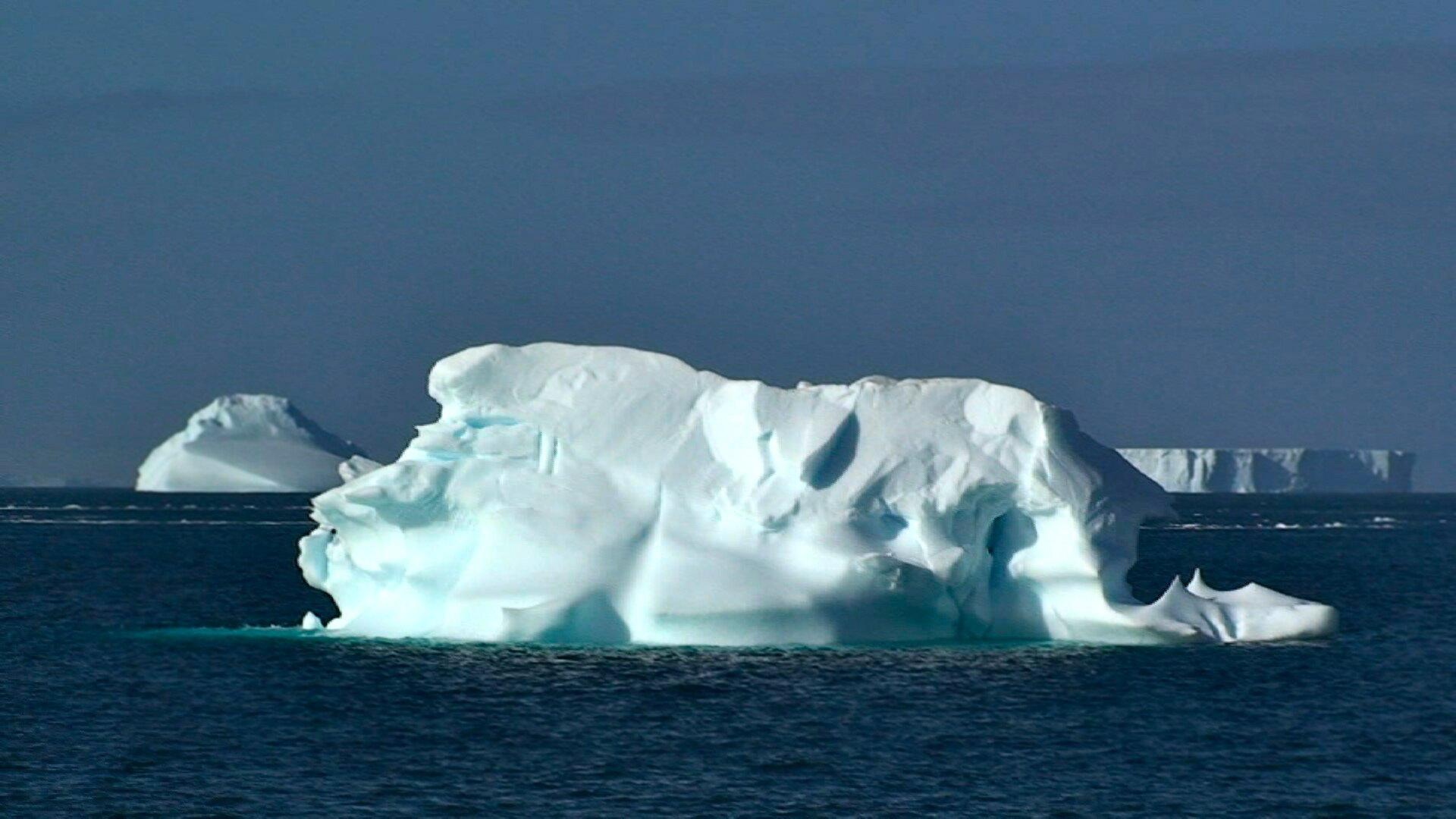 Na zdjęciu na pierwszym planie góra lodowa wwodzie. Wtle zbita masa lodu wwodzie.
