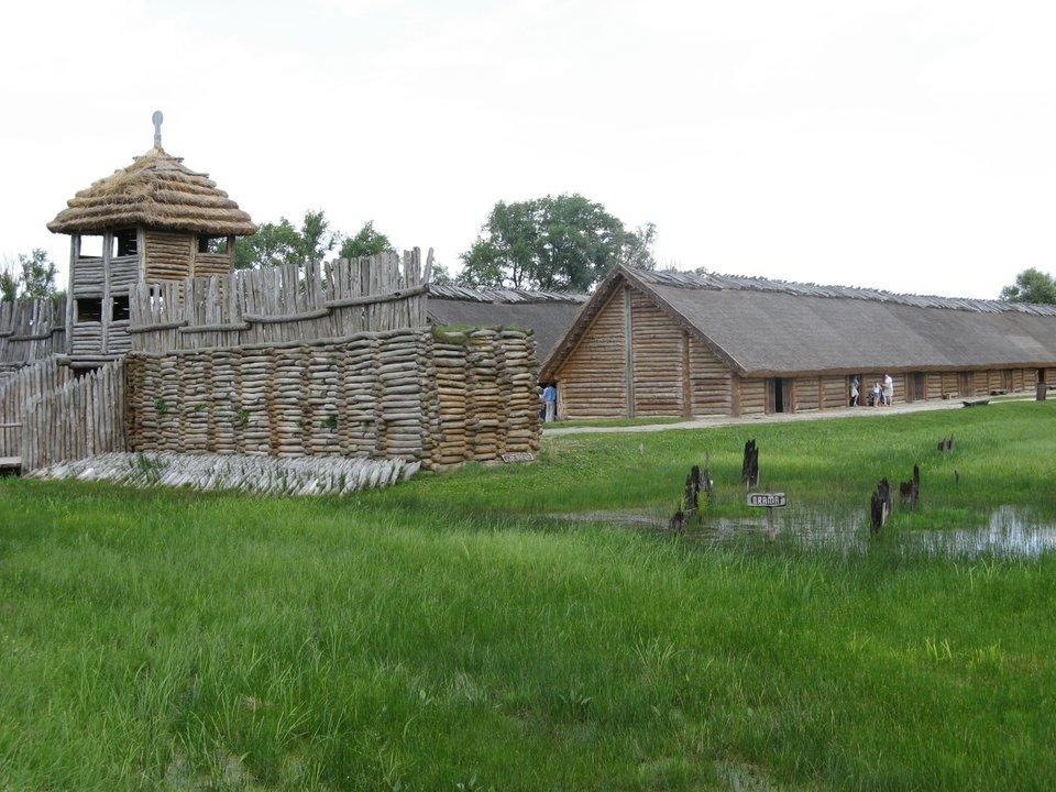 Biskupin - rekonstrukcja osady zery brązu Biskupin - rekonstrukcja osady zery brązu Źródło: Ludek, Wikimedia Commons, licencja: CC BY-SA 3.0.