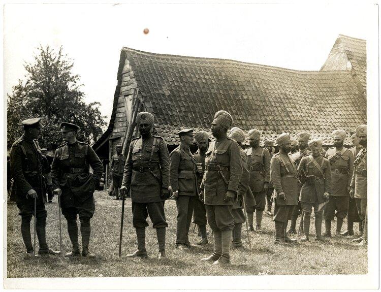 Sikhowie we Francji Źródło: Charles Hilton De Witt Girdwood, Sikhowie we Francji, 1915, British Library, domena publiczna.