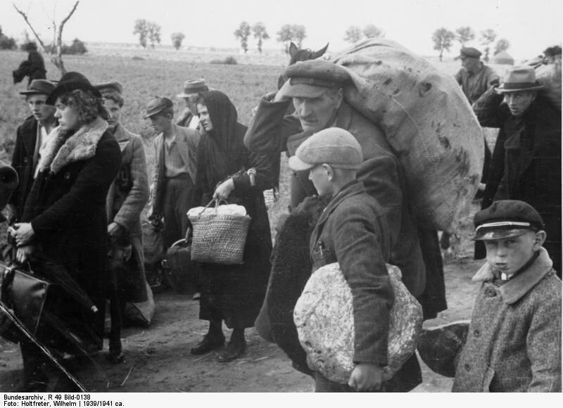 Wysiedlenia Polaków zterenów bezpośrednio włączonych do Rzeszy Źródło: Wilhelm Holtfreter, Wysiedlenia Polaków zterenów bezpośrednio włączonych do Rzeszy, 1939, Fotografia, Bundesarchiv, licencja: CC BY-SA 3.0.