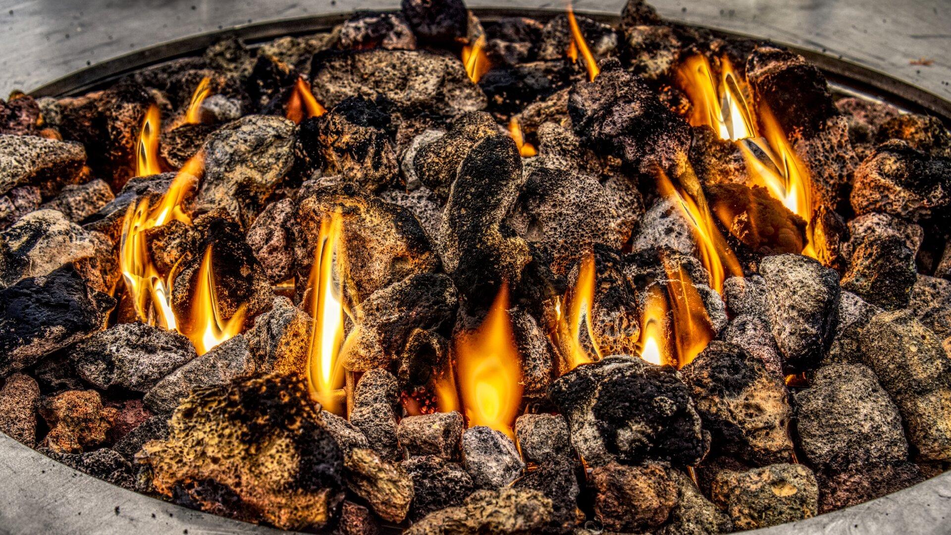 Ilustracja przedstawia spalanie węgla oraz towarzyszący temu płomień.