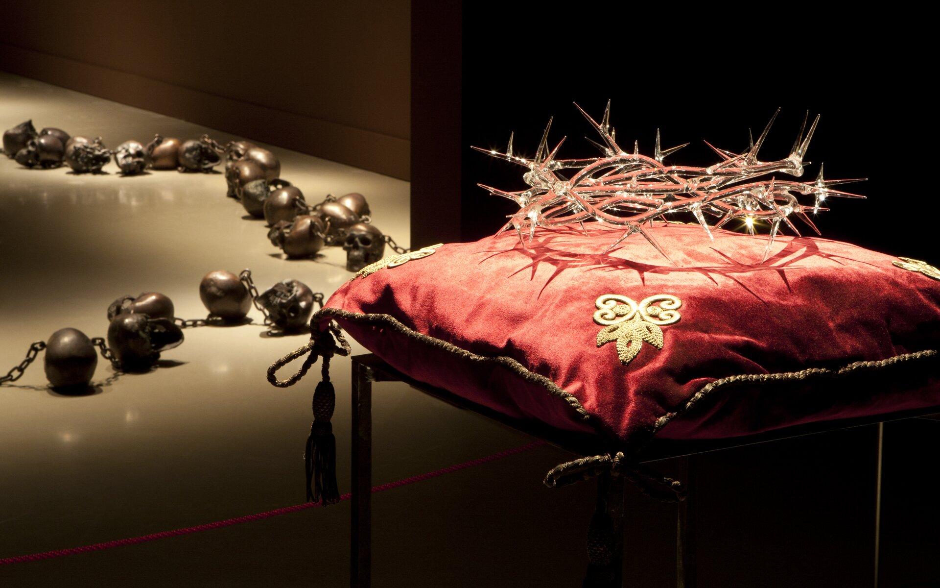 Rosario (Memento Mori); Corona (Korona) Źródło: Javier Pérez, Rosario (Memento Mori); Corona (Korona), 2008–2009; 2011, instalacja, patynowana na brąz żywica poliestrowa; instalacja, szkło zMurano, tkanina, stal, Museu de Montserrat, Barcelona, licencja: CC BY-SA 3.0.