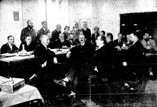 Żydowski Klub Parlamentarny podczas sejmu Ikadencji (1922–1927) Źródło: Żydowski Klub Parlamentarny podczas sejmu Ikadencji (1922–1927), Głos Gminy Żydowskiej: organ Gminy Wyznaniowej Żydowskiej wWarszawie, domena publiczna.