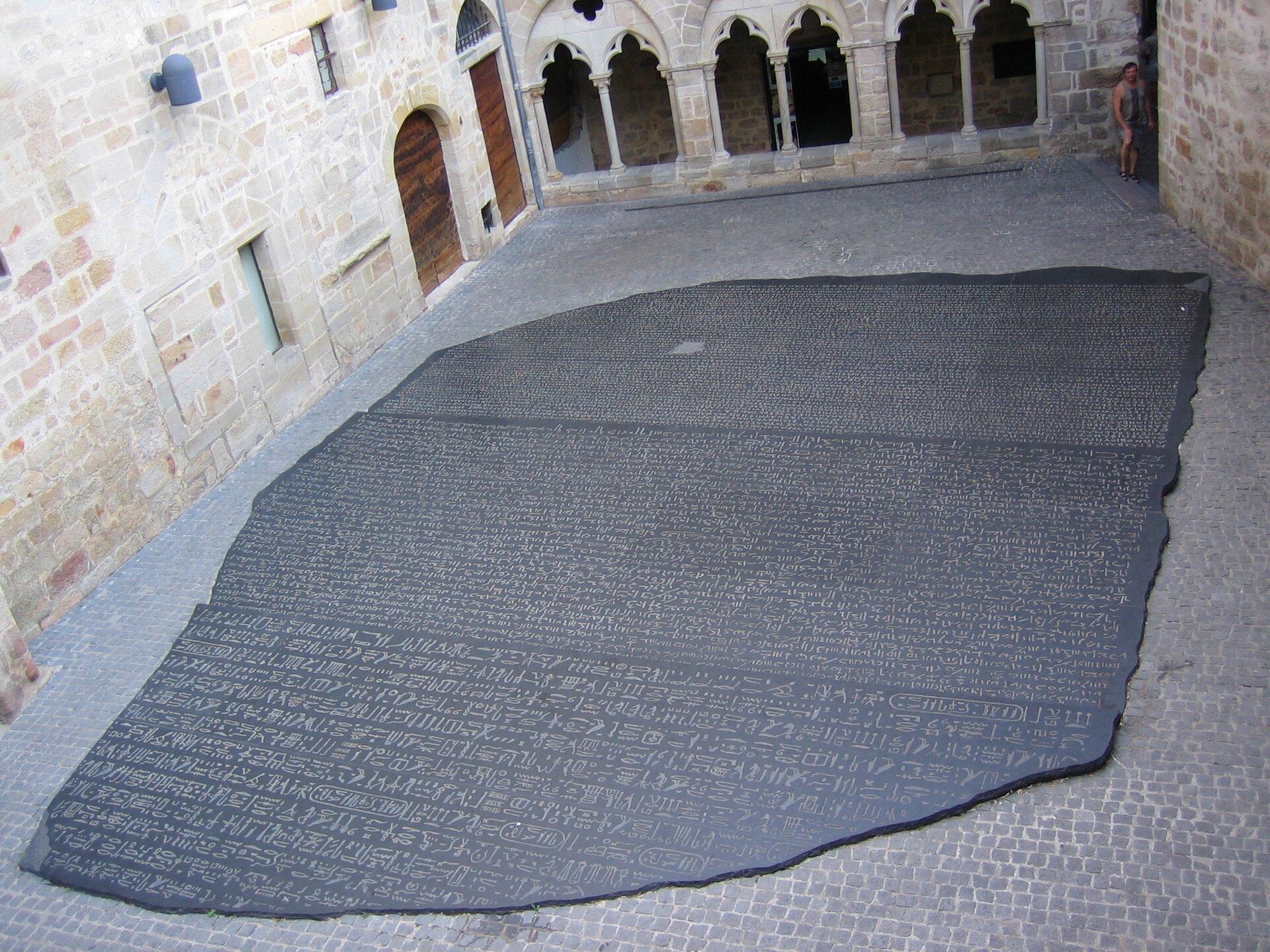 zdjęcie przedstawia kopię kamień zRosetty, dzięki któremu możliwe było odczytanie pisma hieroglificznego