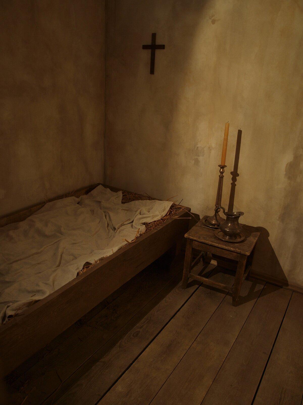 Ekspozycja przedstawiająca wyobrażenie celi Konrada wbyłymklasztorze bazylianów wWilnie Ekspozycja przedstawiająca wyobrażenie celi Konrada wbyłymklasztorze bazylianów wWilnie Źródło: Aphranius, licencja: CC BY-SA 3.0.