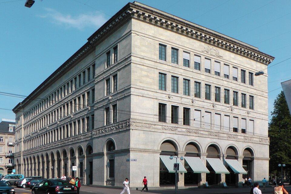 Na zdjęciu okazały trzypiętrowy budynek zprostokątnymi oknami.