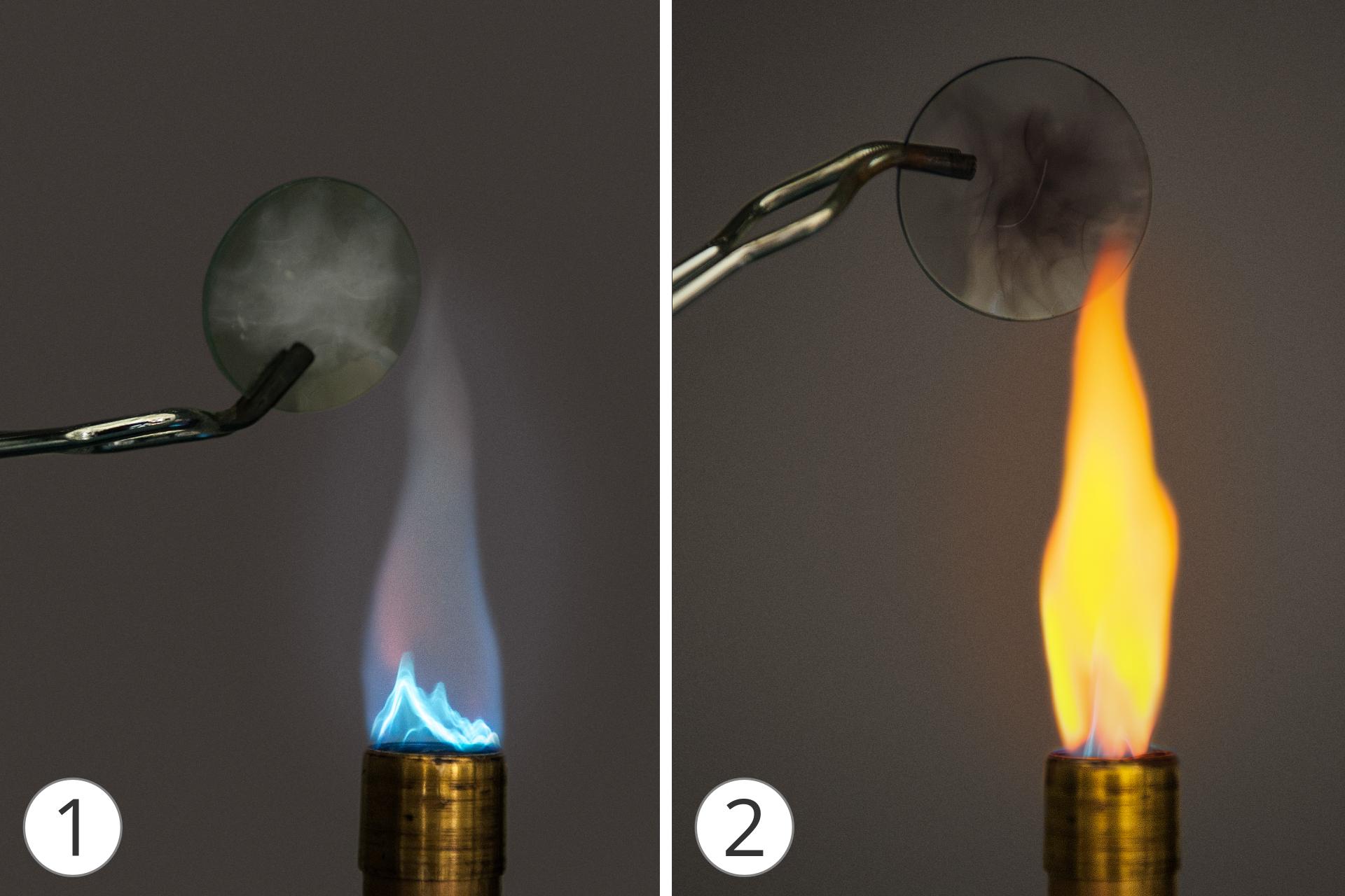 Galeria dwóch zdjęć, na każdym znich włączony palnik oraz ponad szkiełko. 1 zdjęcie przedstawia nieograniczony dostęp tlenu – bladoniebieski płomień, 2 zdjęcie przy ograniczonym dostępie powietrza (tlenu) płomień przyjmuje żółtą barwę, ana trzymanym przy wylocie szkiełku pojawia się czarny nalot – sadza.