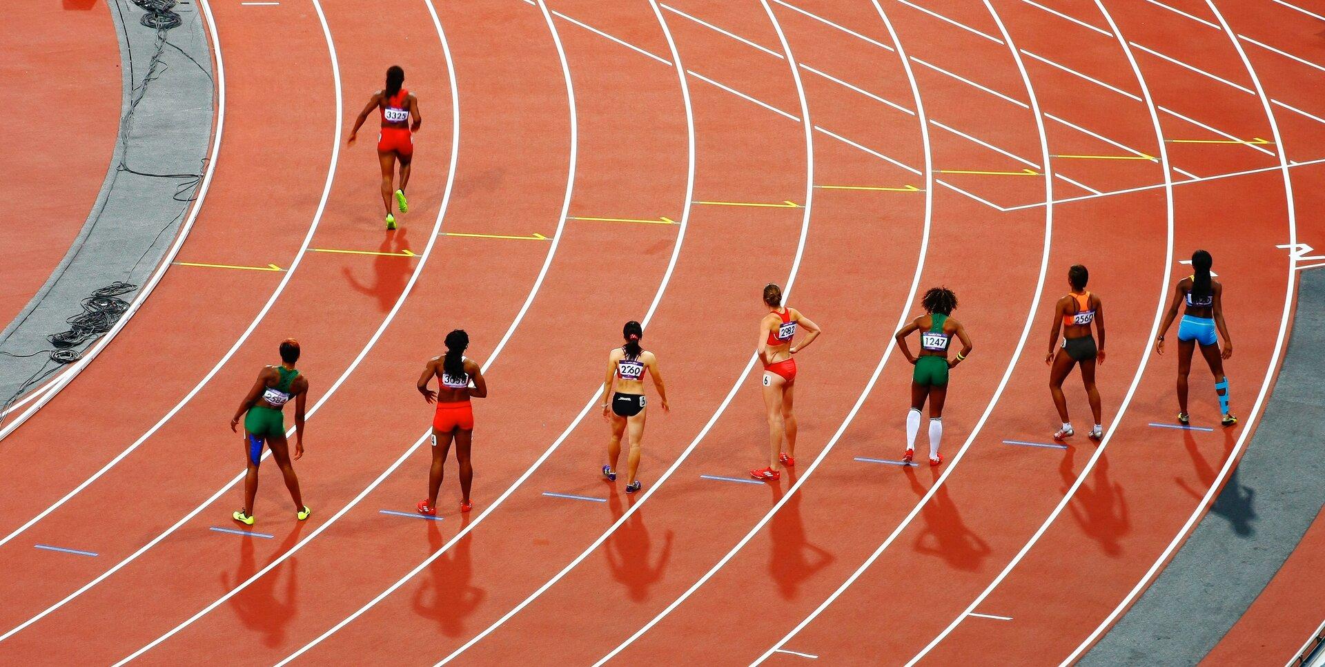 Fotografia przedstawia sprinterki na linii startu.