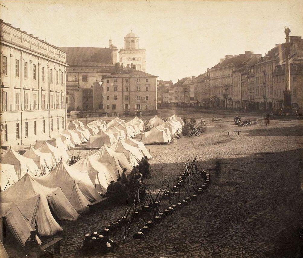na starym zdjęciu widać Plac Zamkowy wWarszawie, woddali kolumna króla Zygmunta. Wcentrum zdjęcia szeregi namiotów wojska rosyjskiego