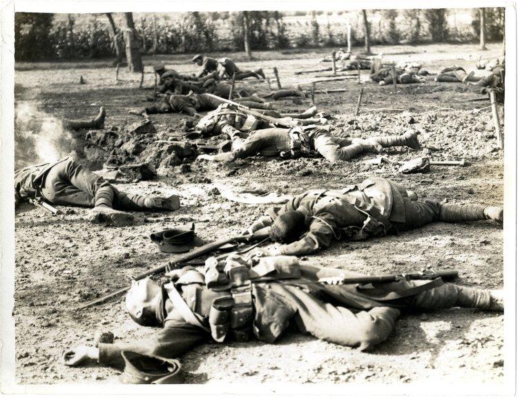 Polegli żołnierze Źródło: H. D. Girdwood, Polegli żołnierze, 1915, British Library, domena publiczna.