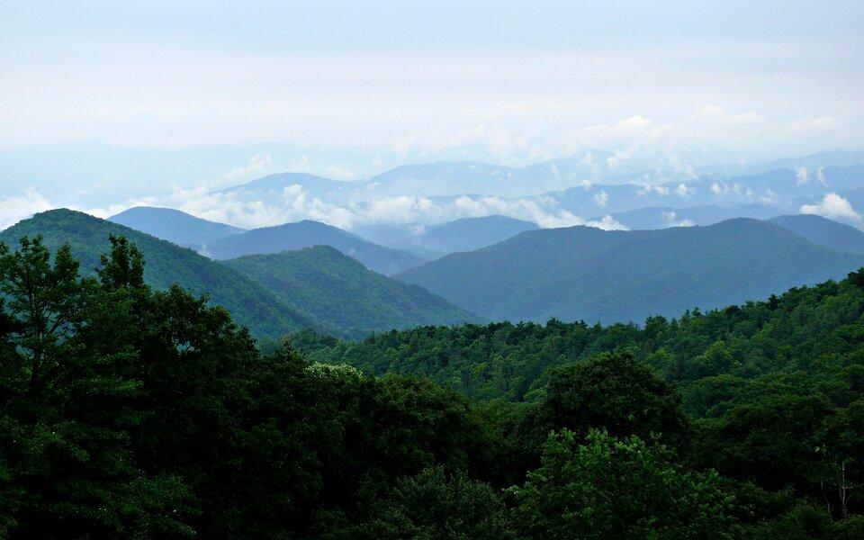 Na zdjęciu łagodne pasma górskie pokryte lasami.
