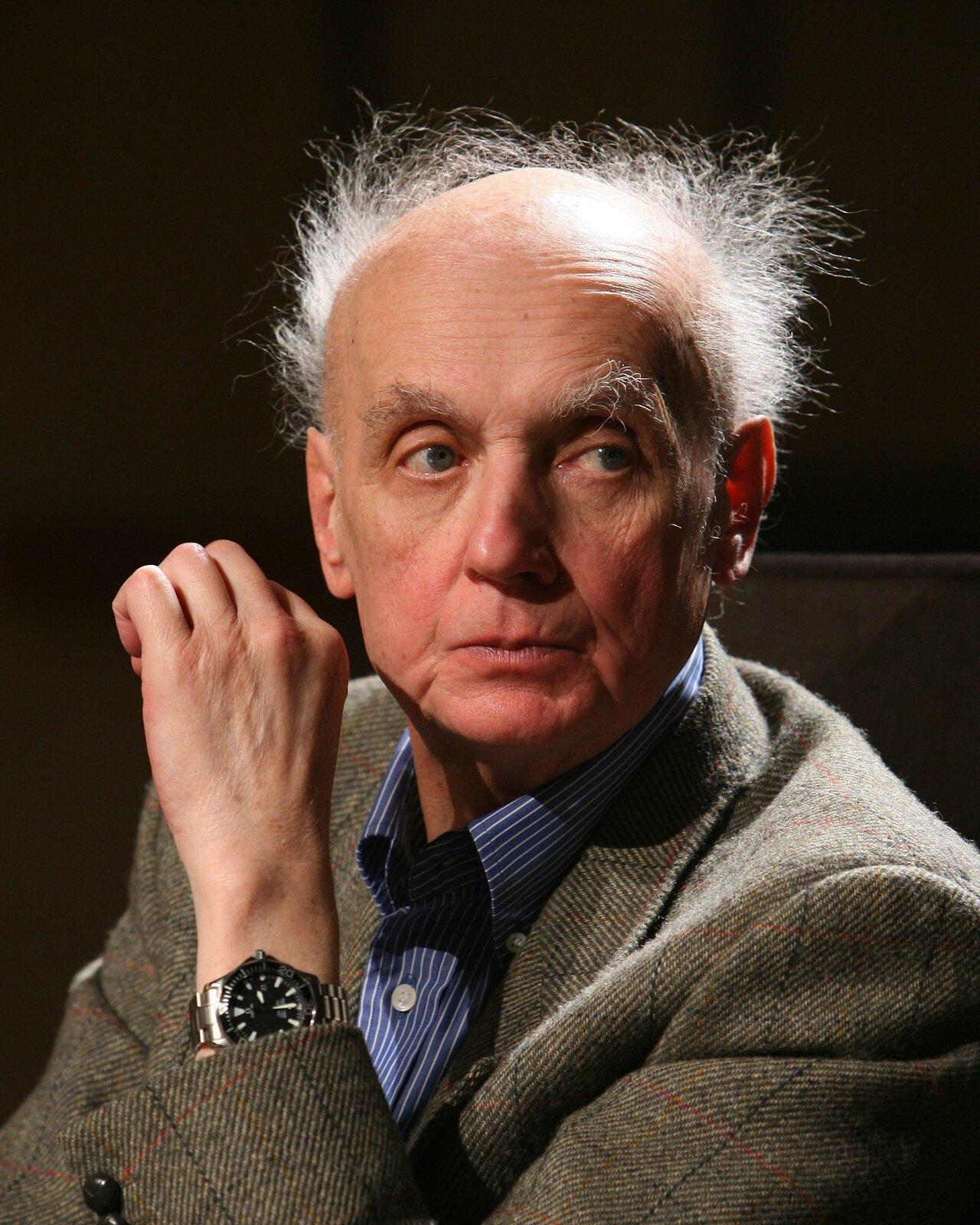Fotografia Wojciecha Kilara autorstwa Cezarego Piwowarskiego. Kompozytor jest przedstawiony jako starszy mężczyzna, zrozwichrzonymi siwymi włosami. Ubrany jest wniebieską koszulę wbiałe paseczki itweedową marynarkę.