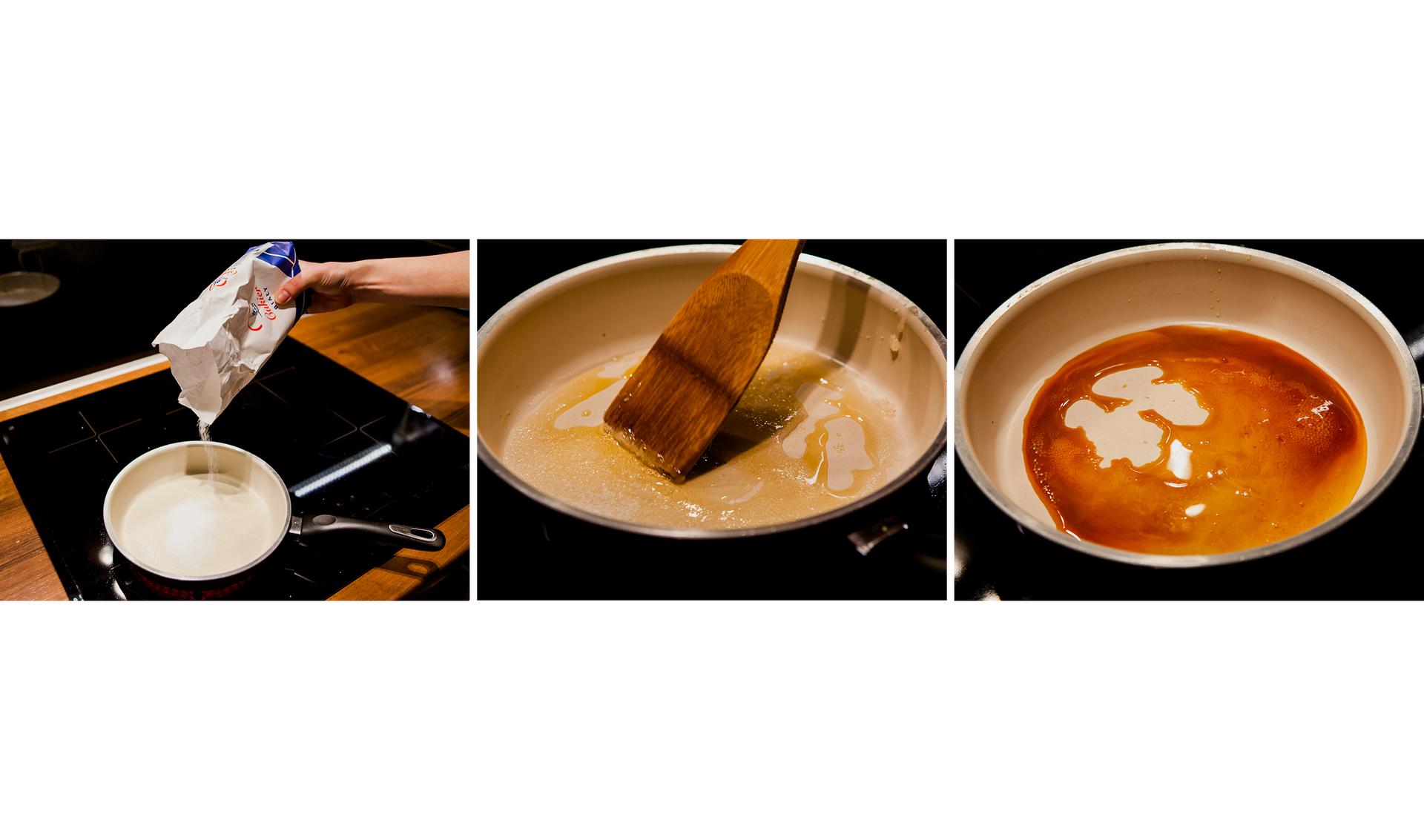 Ilustracja prezentuje trzy zdjęcia umieszczone obok siebie, prezentujące robienie karmelu zcukru. Pierwsze zdjęcie licząc od lewej strony przedstawia nasypywanie cukru do płaskiego rondla stojącego na płycie grzewczej. Na zdjęciu środkowym częściowo roztopiony iciemniejący cukier mieszany jest drewnianą łyżką do konfitur. Zdjęcie po prawej stronie przedstawia bardzo podobny widok co wcześniej, lecz zjuż stopionym iznacznie ciemniejszym gotowym karmelem.
