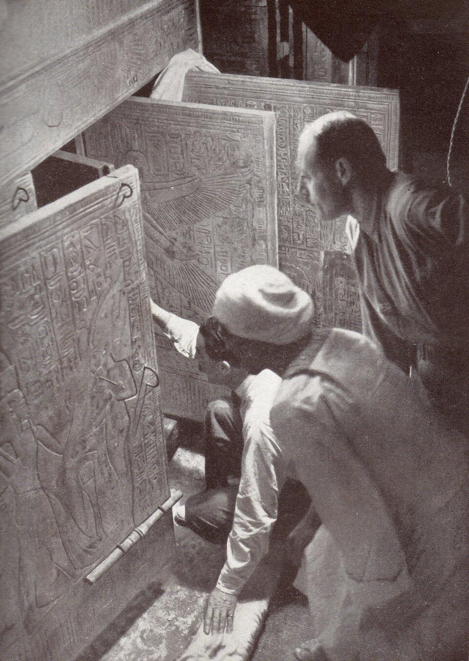 Moment wejścia do grobowca Tutanchamona Moment wejścia do grobowca Tutanchamona Źródło: domena publiczna.