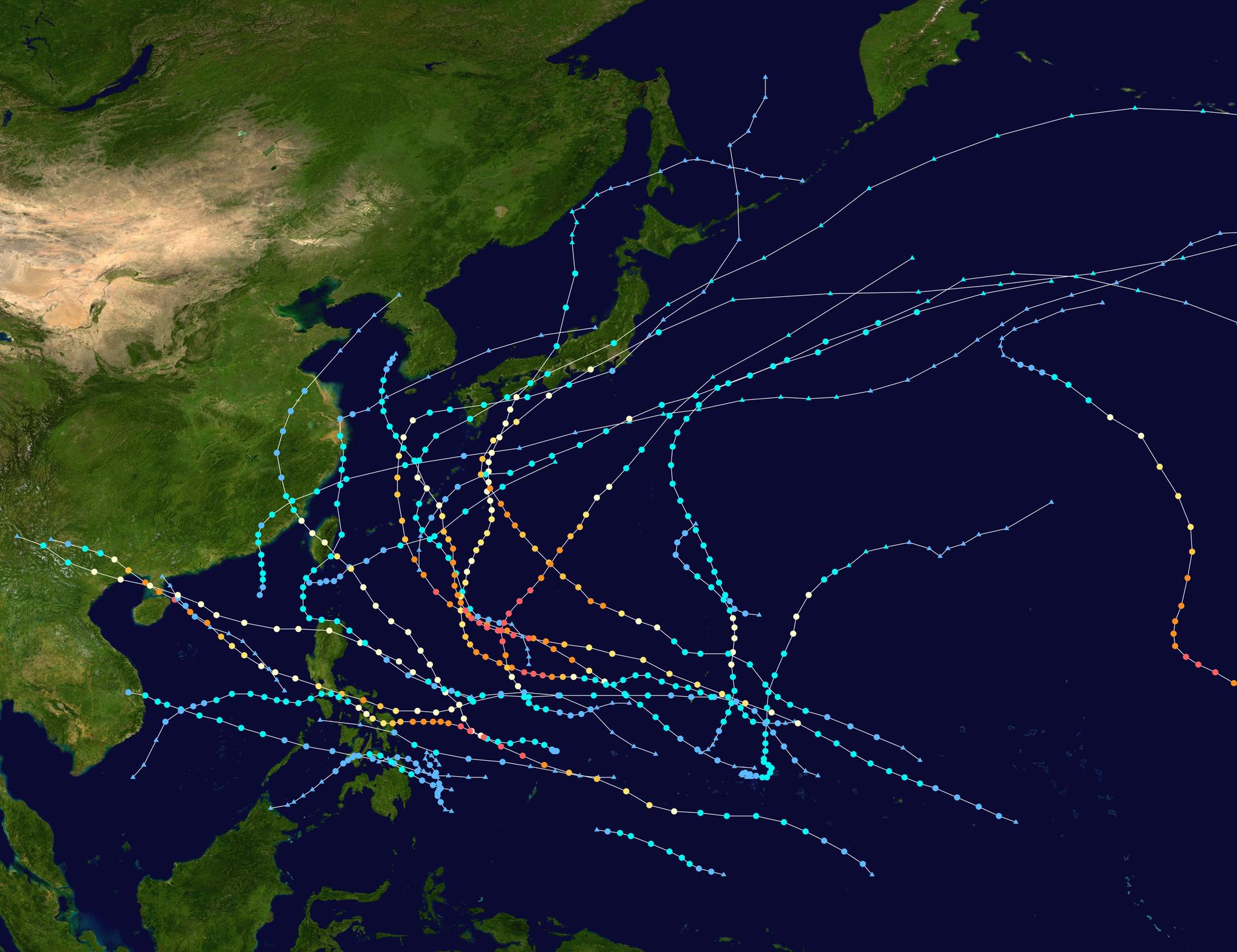 Na ilustracji zdjęcie lotnicze Azji Wschodniej zzaznaczonymi trasami przemieszczania się tajfunów. Wiele kolorowych krzyżujących się tras opodobnym przebiegu. Tajfuny nadciągają znad Oceanu Spokojnego wkierunku wysp anastępnie zawracają zpowrotem wkierunku oceanu.