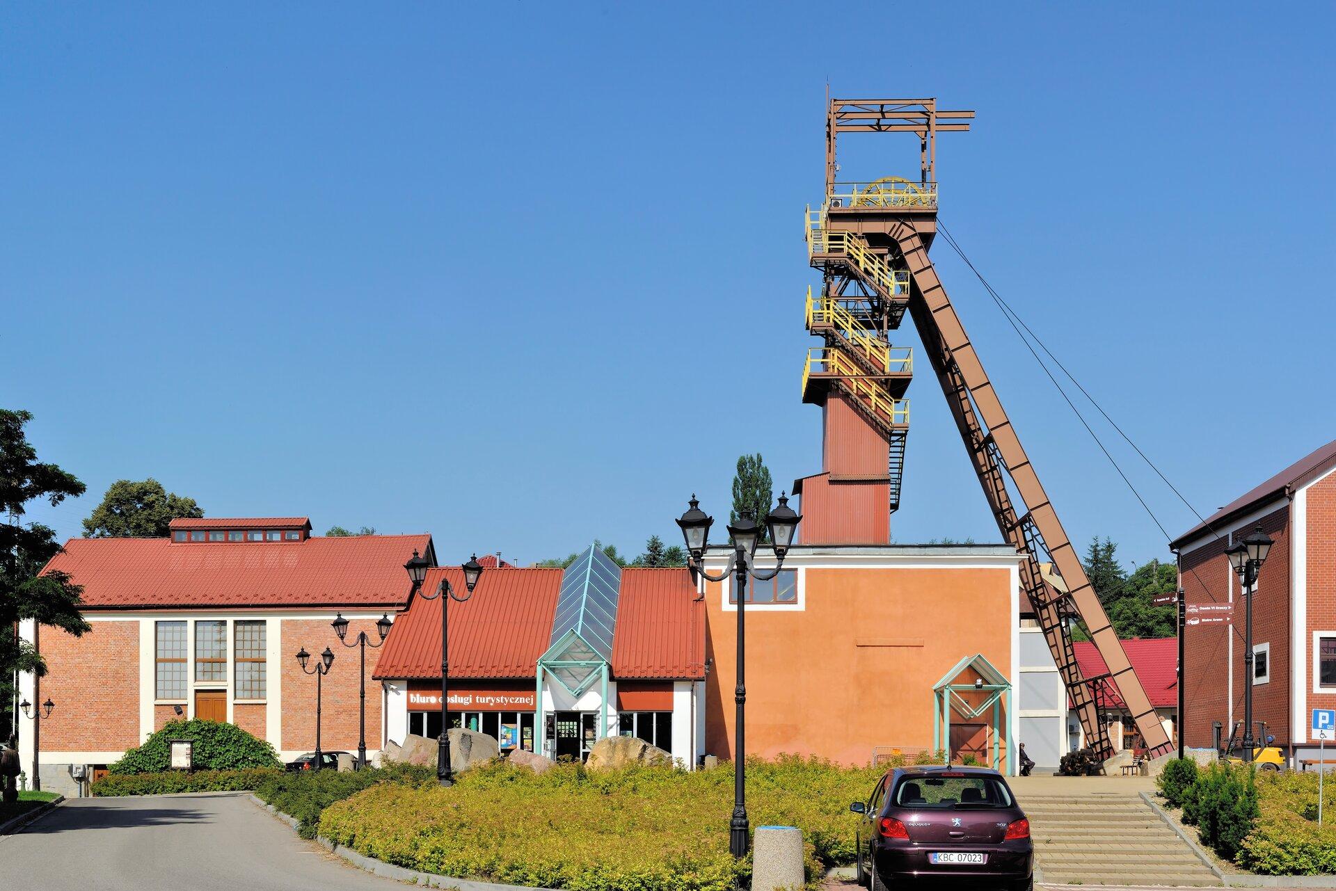 Na zdjęciu zabudowania przemysłowe, wieża szybowa.