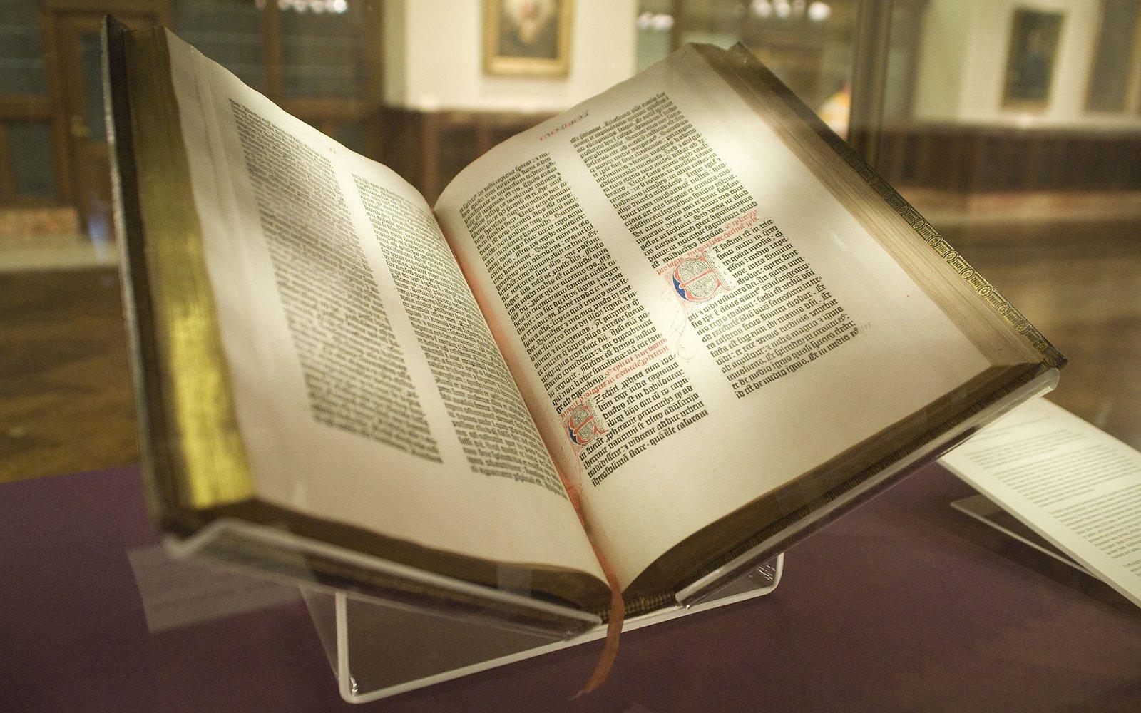 na zdjeciu przedstawiona jest Biblia Gutenberga