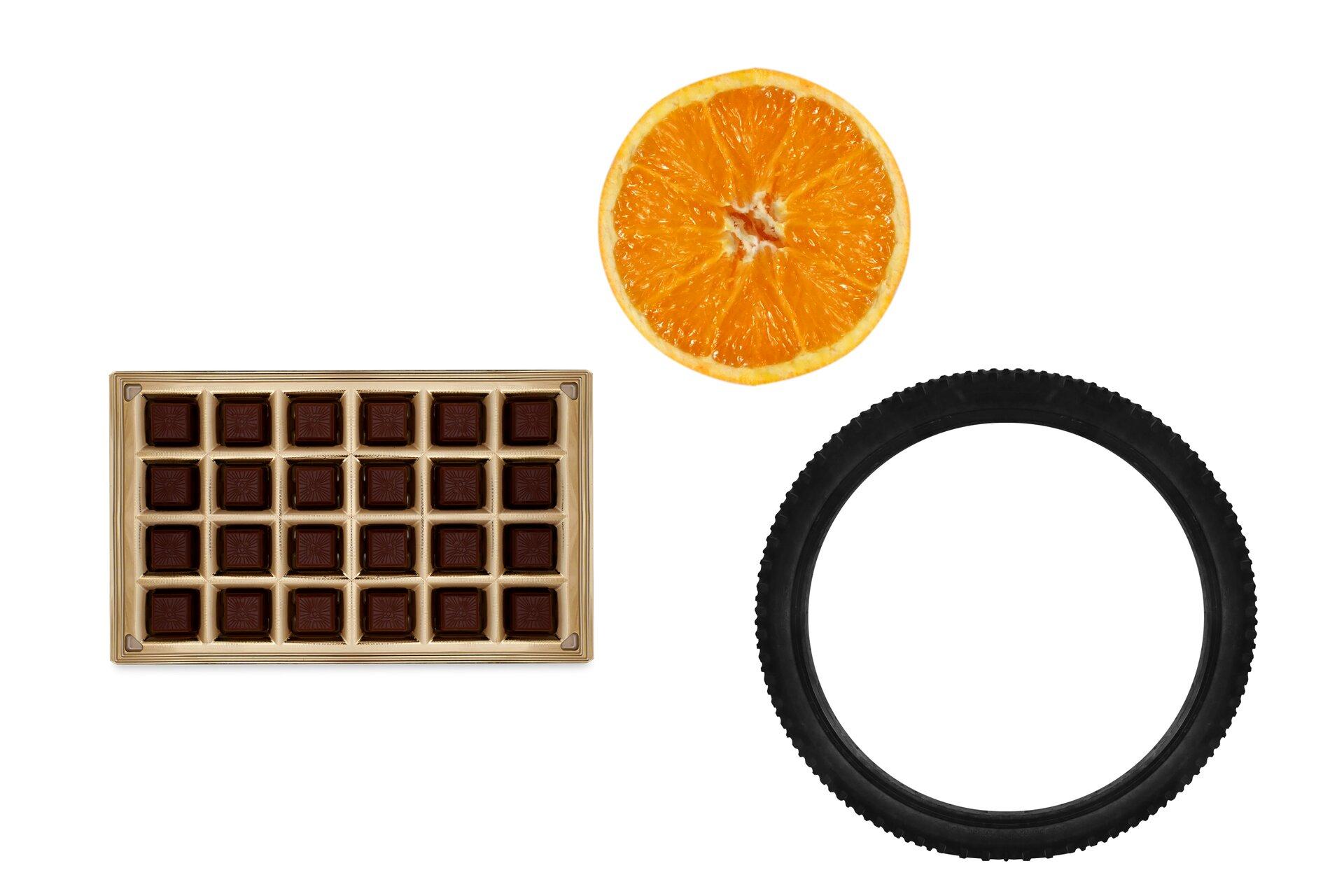 Rysunek przekrojonej pomarańczy, opony iopakowania po bombonierce.