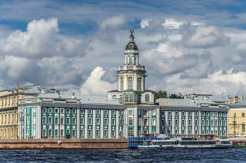 Rosyjska Akademia Nauk, założona przez Piotra IwPetersburgu w1724 r. (obecnie wtym budynku znajduje się muzeum). Rosyjska Akademia Nauk, założona przez Piotra IwPetersburgu w1724 r. (obecnie wtym budynku znajduje się muzeum). Źródło: Alex Florstein, Wikimedia Commons, licencja: CC BY-SA 3.0.