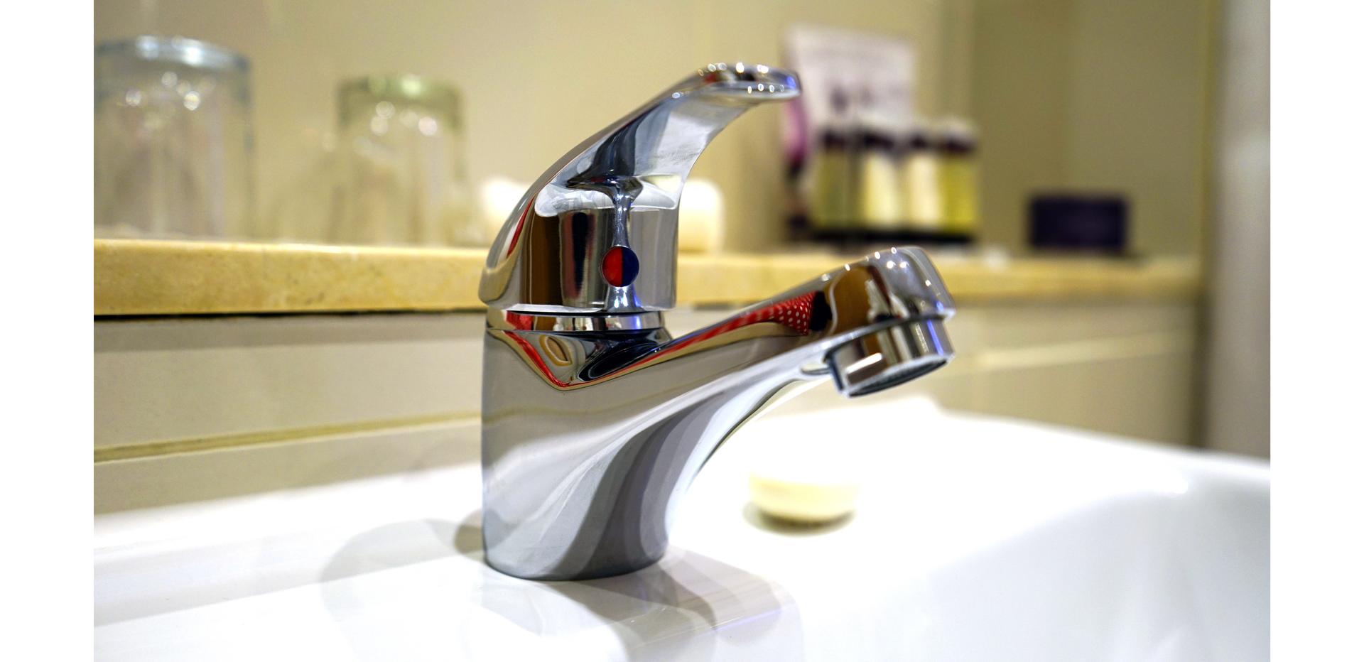 Ilustracja przedstawia baterię umywalkową stojącą jednouchwytową.