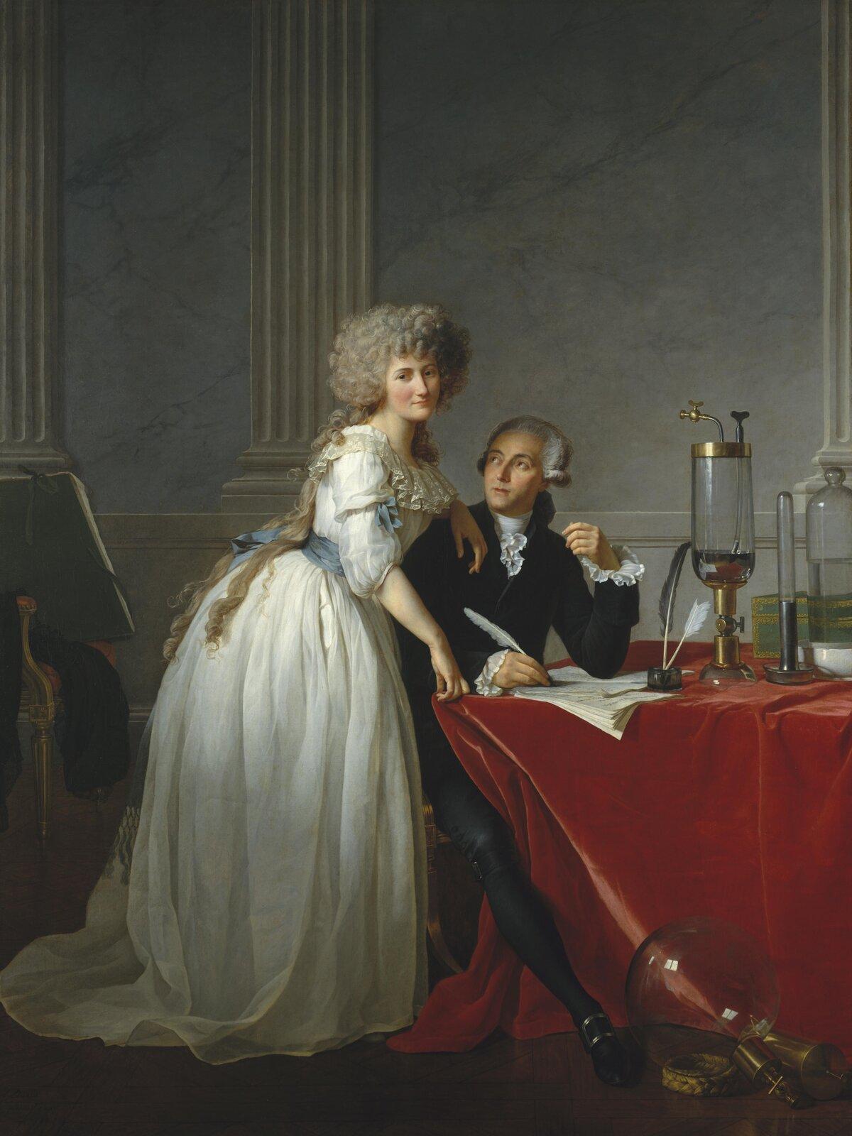 """Ilustracja przedstawia obraz olejny """"Portret Monsieur de Lavoisier ijego żony"""" autorstwa Jacques-Louisa Davida. Kompozycja przedstawia dwójkę postaci we wnętrzu. Zapatrzony wkobietę mężczyzna siedzi przy stole pokrytym czerwonym aksamitem. Ubrany jest wciemny kaftan zbiałym żabotem ikoronkowymi, białymi mankietami. Ngłowie ma białą gładką perukę zlokami po bokach. Lewy łokieć opiera na leżących na stole kartkach papieru. Prawa dłoń, trzymająca pióro spoczywa na stole. Spod spływającej ze stołu draperii wysuwa się noga mężczyzny wkrótkiej nogawce spodni, czarnej pończosze iczarnym bucie zklamrą. Obok niego, oparta lewą ręką ojego ramię aprawą ostół stoi kobieta. Nie oddaje spojrzenia mężczyźnie, wzrok ma skierowany wkierunku odbiorcy. Kobieta na głowie ma dużą szarą perukę zlokami zktórej na plecy spływają długie pukle włosów. Ubrana jest wdługą, białą suknię, przepasaną niebieską szarfą wtalii zbufiastymi rękawami ikoronkowo wykończonym dekoltem. Para ukazana jest na tle szarej, marmurowej ściany zkanelowanymi pilastrami. Na stole przed mężczyzną oraz pod stołem znajdują się szklane przybory naukowe. Obraz wykonany jest zdużą dbałością owierne odwzorowanie natury."""