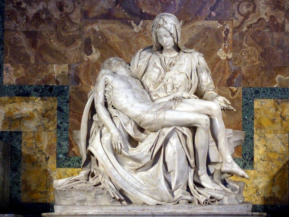 Michał Anioł – Pieta (1498-1502).Pieta to podobizna Matki Boskiej trzymającej na kolanach zmarłegoChrystusa. Pieta watykańska Michała Anioła należy do najsłynniejszych. W1972 r. rzeźba została uszkodzona przez szaleńca, ale szybko została odrestaurowana. Michał Anioł – Pieta (1498-1502).Pieta to podobizna Matki Boskiej trzymającej na kolanach zmarłegoChrystusa. Pieta watykańska Michała Anioła należy do najsłynniejszych. W1972 r. rzeźba została uszkodzona przez szaleńca, ale szybko została odrestaurowana. Źródło: Stanislav Traykov, Wikimedia Commons, licencja: CC BY-SA 3.0.