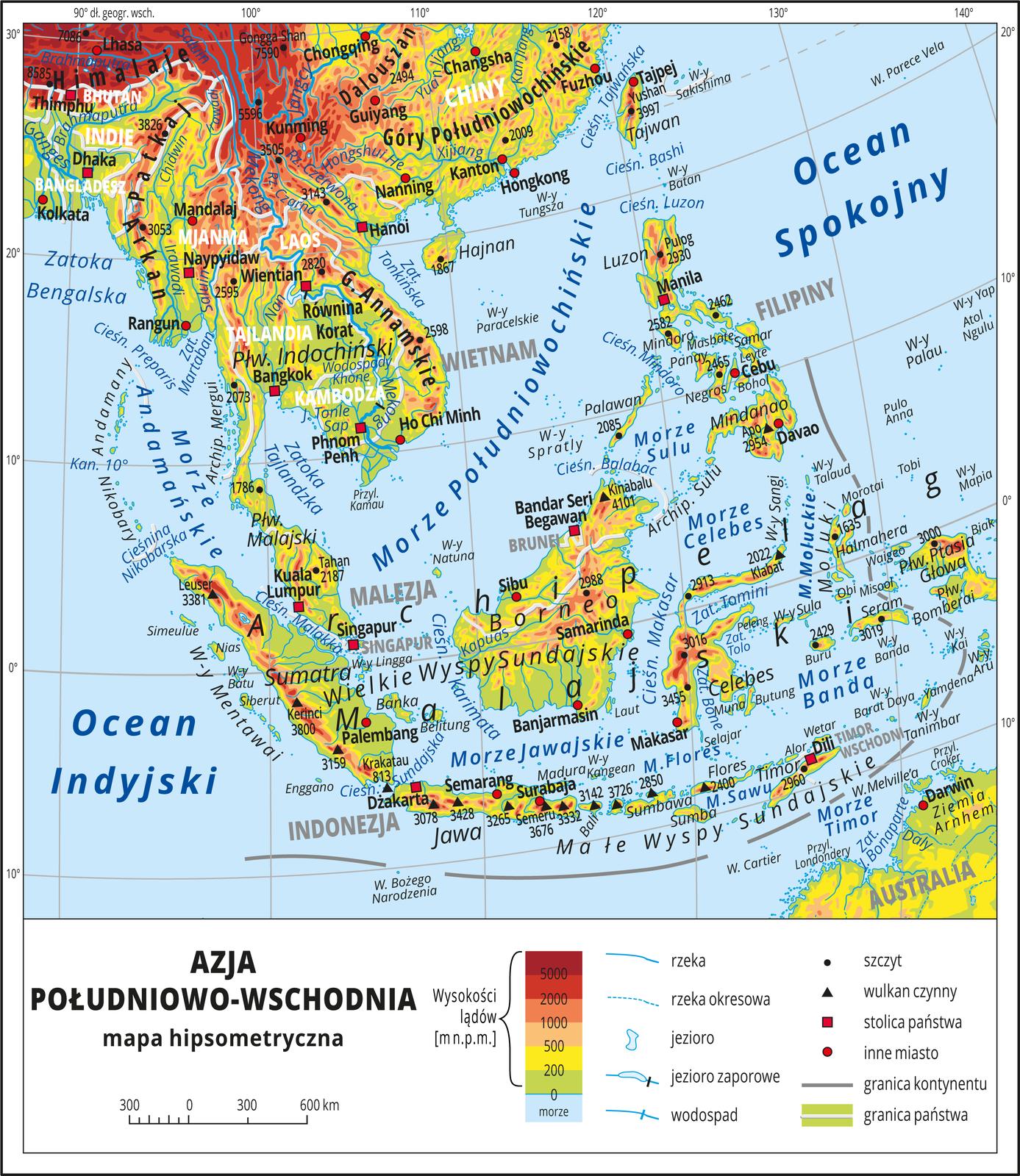 Ilustracja przedstawia mapę hipsometryczną Azji Południowo-Wschodniej. Wobrębie lądów występują obszary wkolorze zielonym, żółtym, pomarańczowym iczerwonym. Na części kontynentalnej przedstawianego obszaru przeważają wyżyny igóry, na wyspach wyżyny. Morza zaznaczono kolorem niebieskim. Na mapie opisano nazwy półwyspów, wysp, nizin, wyżyn ipasm górskich, mórz, zatok, rzek ijezior. Poprowadzono granice państw iopisano nazwy państw. Oznaczono iopisano stolice igłówne miasta. Oznaczono czarnymi kropkami iopisano szczyty górskie. Trójkątami oznaczono wulkany ipodano ich wysokości. Mapa pokryta jest równoleżnikami ipołudnikami. Dookoła mapy wbiałej ramce opisano współrzędne geograficzne co dziesięć stopni. Wlegendzie umieszczono iopisano znaki użyte na mapie.